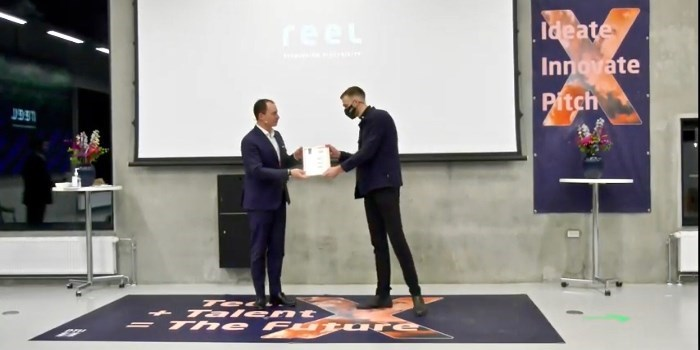 Tommy Ahlers, former minister for Higher Education and Science hands over the first price to Co-founder i Reel Jon Sigvert